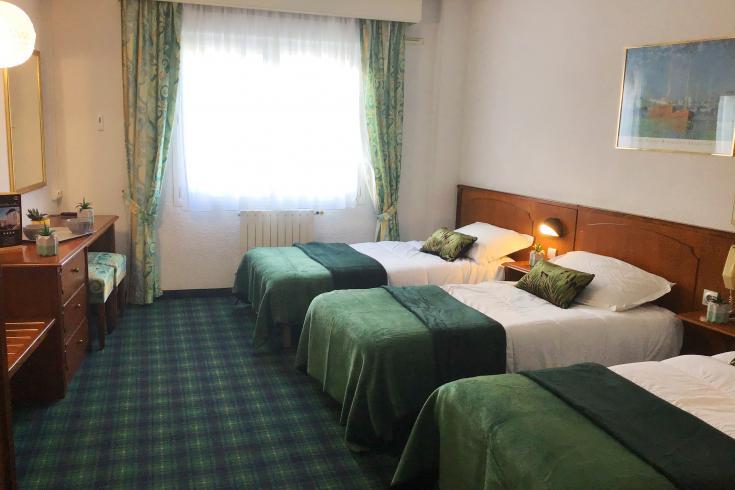 Chambre triple Hôtel Christ Roi 4 étoiles Lourdes