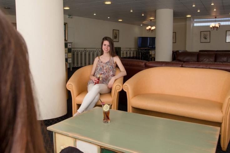 Molto ampio soggiorno con comode poltrone e divani